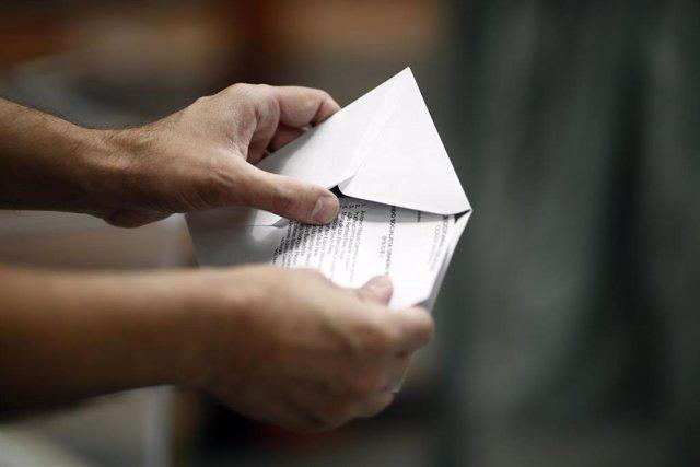 Papeleta y sobre de votación