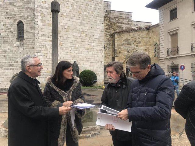 La alcaldesa de Santander, Gema Igua, y el obispo, Manuel Sánchez Monge, acompañados del concejal de Fomento, César Díaz, y el arquitecto Clemente Lomba