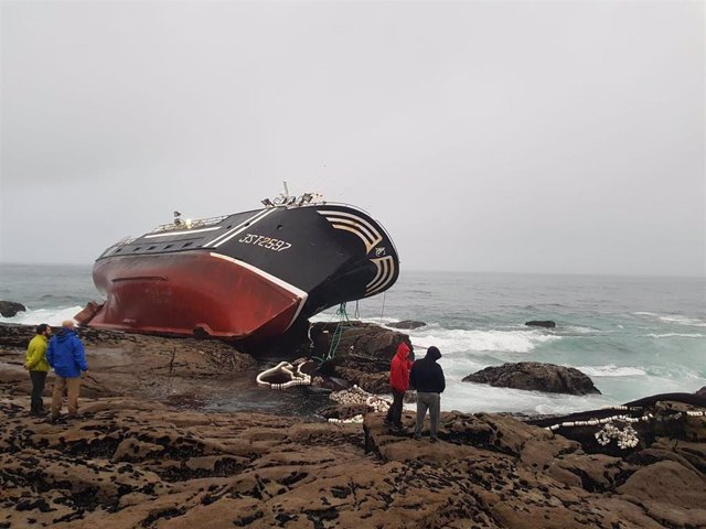 El pesquero 'Divina del mar' embarrancado en las proximidades del Castro de Baroña.