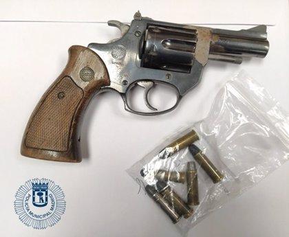 Detenidos tres hombres con múltiples antecedentes y un revólver en la calle Sagasta