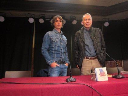 Jabier Muguruza publica un disco libro con 15 versiones de músicos euskaldunes y la colaboración de Bernardo Atxaga