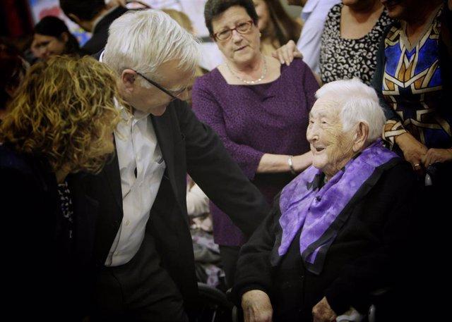 Ribó saluda a una de las centenarias homenajeadas