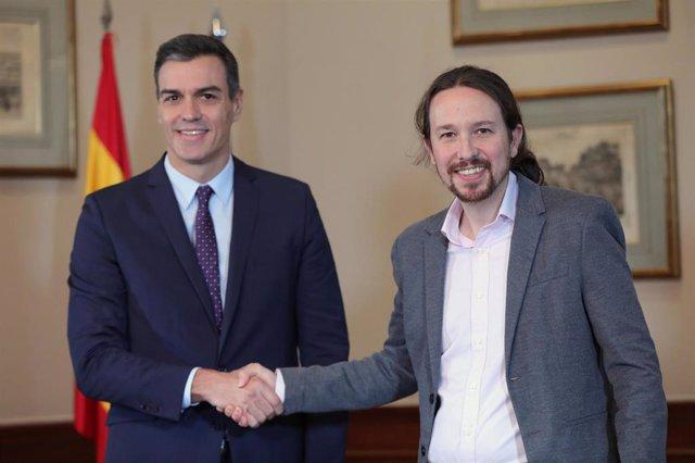 El presidente del Gobierno en funciones, Pedro Sánchez y el líder de Podemos, Pablo Iglesias, comparecen en rueda prensa conjunta en el Congreso de los Diputados para anunciar que han llegado a un preacuerdo de Gobierno tras las elecciones generales del