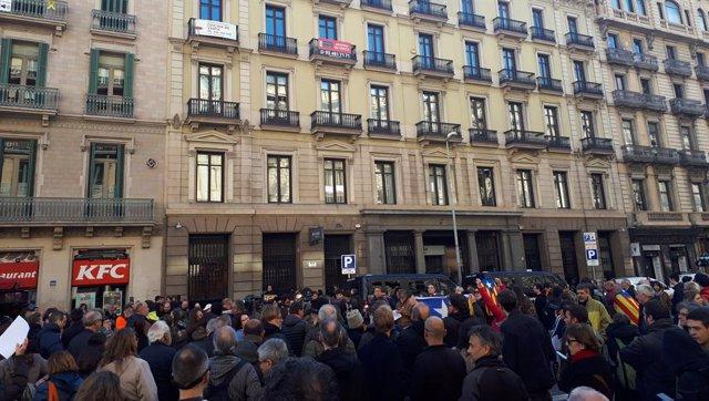 Unes 200 persones es concentren davant el consolat de França a Barcelona convocades pels CDR