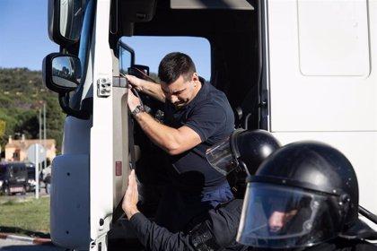 Mossos detienen a un camión tras acelerar ante manifestantes en La Jonquera (Girona)