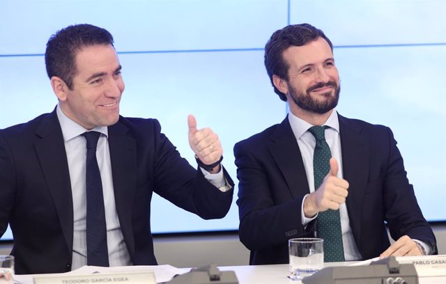 El secretari general del PP, Teodoro García Egea i el president del Partit Popular, Pablo Casado, moments abans de començar la reunió del Comité Executiu Nacional del partit, després de les eleccions generals del 10N, a Madrid (Espanya) a 12 de noviembr