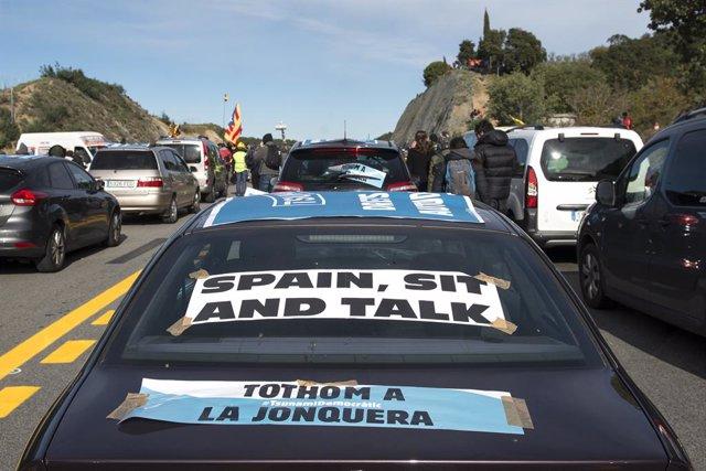 Una multitud de persones talla la carretera de l'AP-7 a la Jonquera (Girona),  una acció convocada per Tsunami Democràtic, a  la Jonquera /Girona /Catalunya (Espanya), a 11 de novembre del 2019.