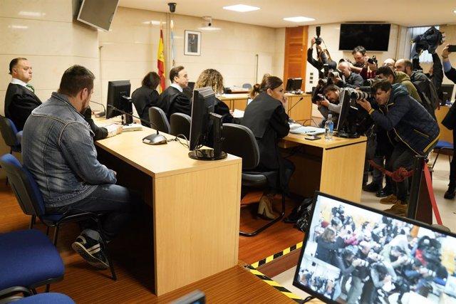 Membres de la premsa fan fotos de l'acusat pel presumpte assassinat de Diana Quer, José Enrique Abuín Gey, lies el Chicle (amb jaqueta texana) moments abans de comenar el judici, a Santiago de Compostella /Galícia (Espanya), 12 de novembre.