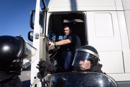 Tratan de arrancar el camión que ha acelerado ante manifestantes en La Jonquera (Girona)