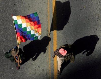 Bolivia.- Mesa condena la quema de la bandera indígena en las protestas y culpa del racismo a Morales