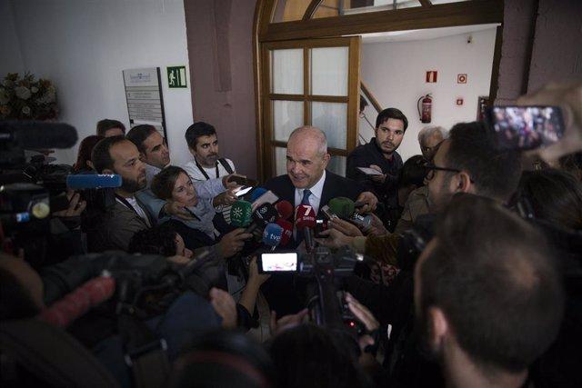 L'expresident de la Junta Manuel Chaves  atén els mitjans de comunicació.