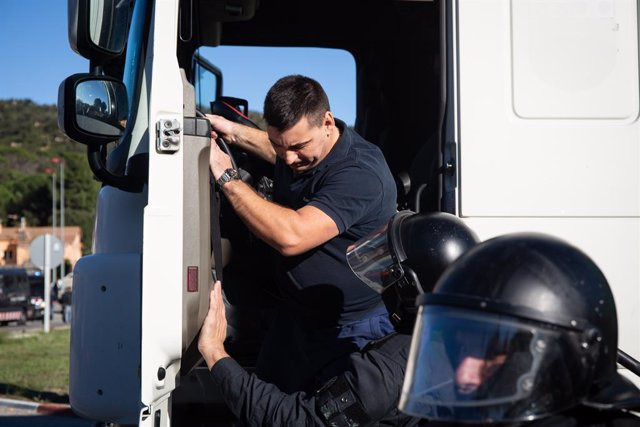 Els Mossos detenen un camioner després d'accelerar amb el seu vehicle davant de manifestants que tallen la N-II, a La Jonquera /Girona /Catalunya (Espanya), 12 de novembre del 2019.