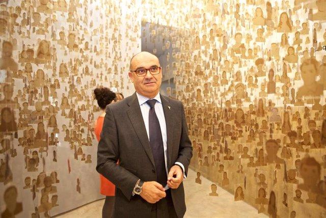 Manuel Palomar entre algunas de las obras que conforman la exposición sobre los 40 años de la UA.
