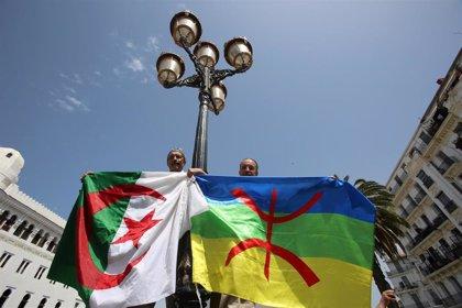Condenadas 27 personas a penas de cárcel por portar banderas bereberes durante las protestas en Argelia
