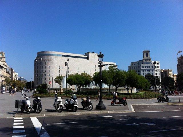 Plaça Catalunya de Barcelona, al fons 'El Corte Inglés' y la antiga seu de Telefónica.