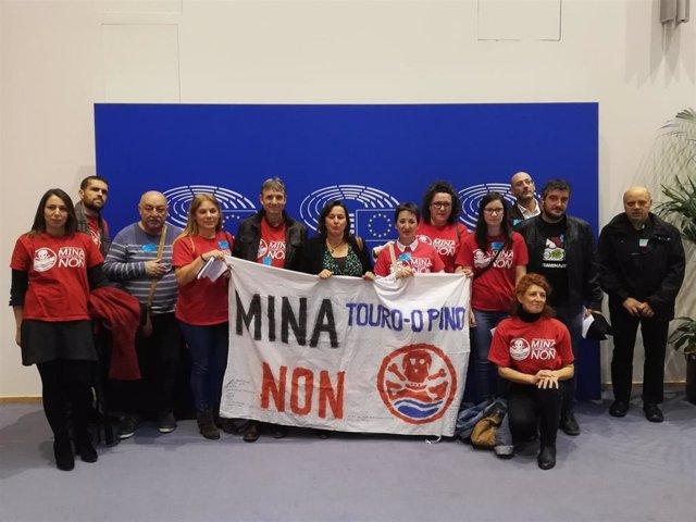 Plataforma contra a mina de Touro na Eurocámara coa eurodeputada Ana Miranda