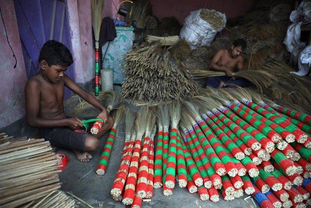Trabajadores elaboran piezas tradicionales en Bangladesh