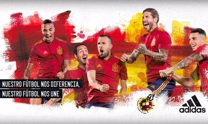 """España presenta su nueva camiseta celebrando un estilo que """"diferencia"""" y """"une"""" a la vez"""