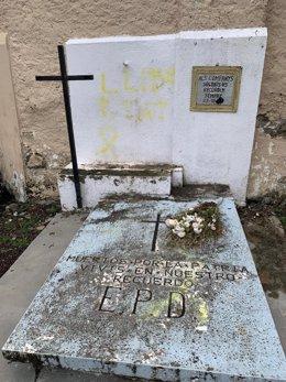 Tomba del cementiri de Vielha amb un llaç groc