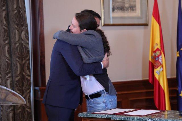 Pedro Sánchez y Pablo Iglesias, se abrazan en el Congreso de los Diputados después de firmar el principio de acuerdo para compartir un gobierno de coalición.