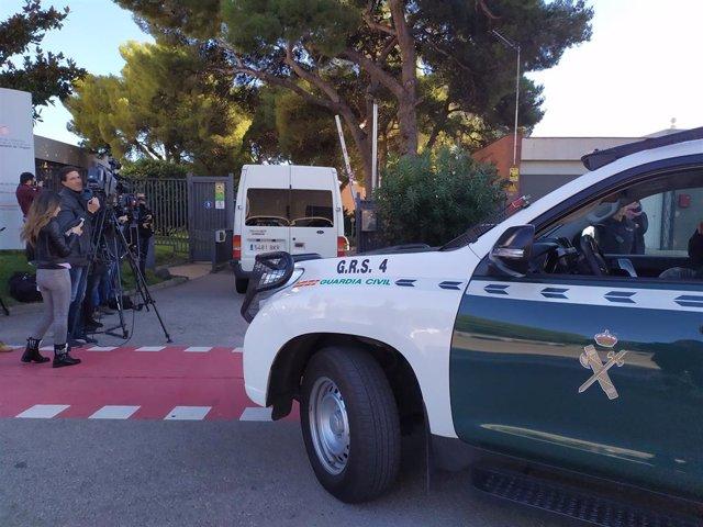 Quatre cotxes de la Guàrdia Civil i una furgoneta entren al recinte del Consell Català de l'Esport.