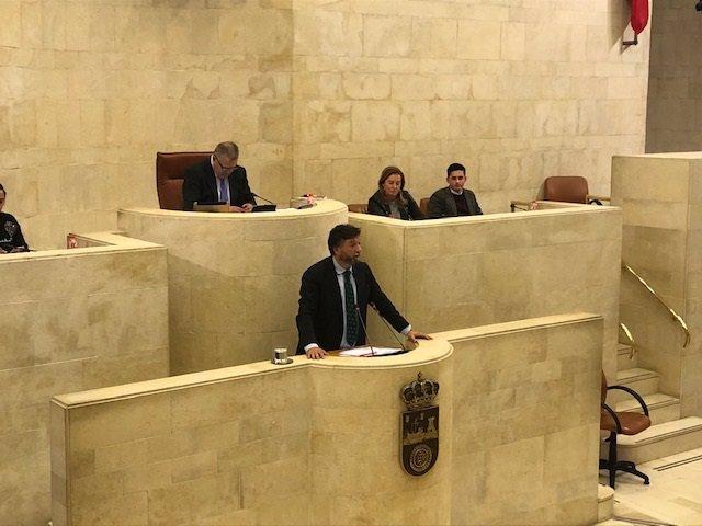 El portavoz de Vox en el Parlamento de Cantabria, Cristóbal Palacio, defiende la propuesta de ilegalización de partidos separatistas