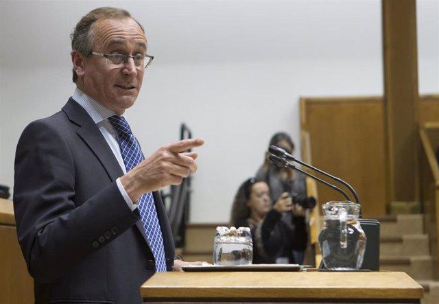 El presidente del PP vasco, Alfonso Alonso, en una comparecencia en el Parlamento vasco