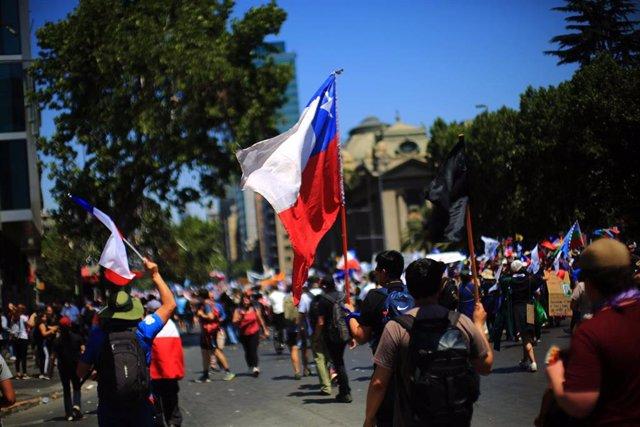 Marcha por el centro de Santiago de Chile durante la jornada de huelga general contra el Gobierno de Sebastián Piñera