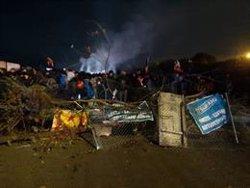 Els concentrats de l'AP-7 a Girona munten barricades amb tanques metàl·liques i arbres enmig de la carretera (ACN)