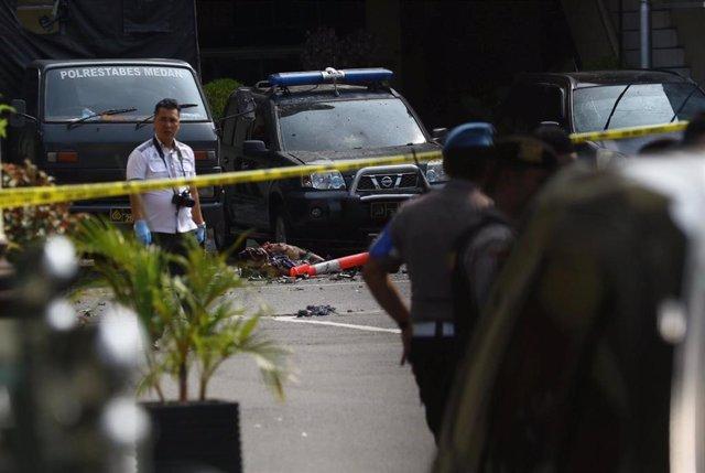 La Policía vigila el área donde se ha llevado a cabo una explosión junto a una comisaría en el norte de Sumatra