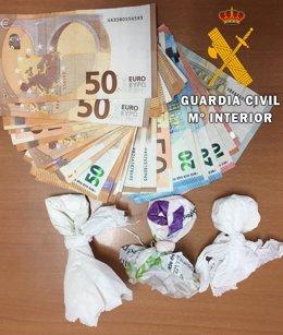 Dinero y estupefacientes intervenidos en un vehículo de Níjar (Almería)