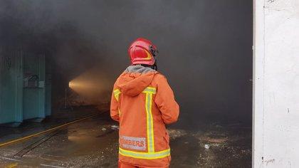 Los bomberos controlan en un incendio en una nave en la CV-505 en Alzira