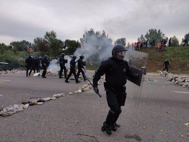 Actuación de los Mossos d'Esquadra en la AP-7 en Salt (Girona) durante el corte del Tsunami Democràtic y los CDR