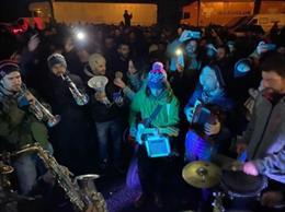 Foto d'un concert de Txarango amb els manifestants a Girona a l'altura de Salt convocats per Tsunami Democràtic a l'AP-7.