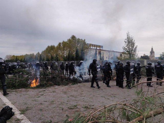 Arriben les BRIMO a la manifestació de l'AP-7 a Salt (Girona).