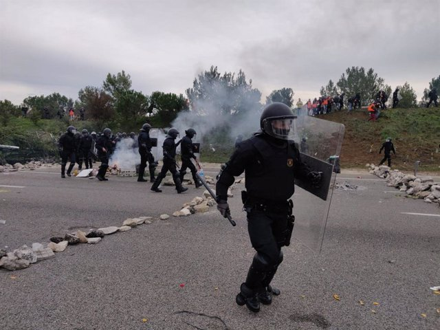 Actuació dels Mossos d'Esquadra a l'AP-7 a Salt (Girona) durant el tall de Tsunami Democràtic i els CDR.