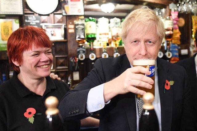 Boris Johnson en una taberna en un acto conmemorativo en Wolverhampton