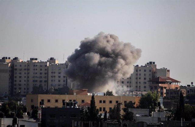 Columna de humo tras un ataque aéreo israelí en Gaza el 12 de noviembre