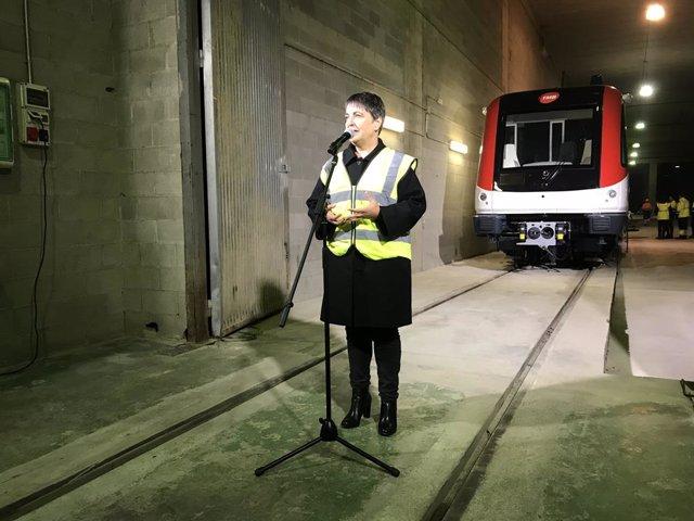 La presidenta de TMB, Rosa Alarcón, recibe el primer tren de los 12 que reforzarán el Metro