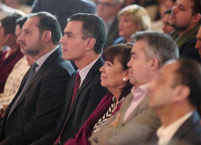 El ministro de Fomento, José Luis Ábalos (1i); el presidente del Gobierno, Pedro Sánchez (2i), y la presidenta del PSOE, Cristina Narbona (3i), en la presentación de la campaña del PSOE para las elecciones del 10 de noviembre
