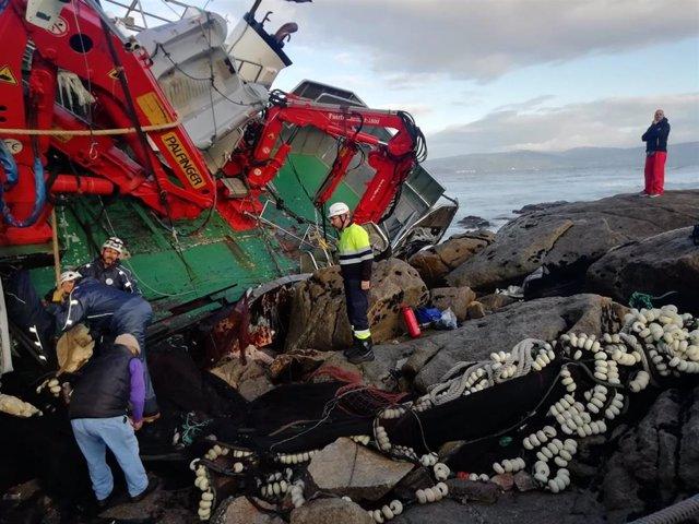 Estado del pesquero 'Divina del Mar' al día siguiente de embarrancar en Porto do Son.