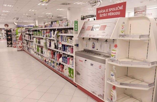 Un puesto para rellenar productos de higiene y limpieza colocado en una farmacia checa se viraliza y nos recuerda la importancia del reciclado