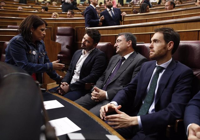 La portavoz y vicesecretaria general del PSOE, Adriana Lastra, habla con los portavoces de ERC y PNV, Gabriel Rufián y Aitor Esteban , en el hemiciclo del Congreso