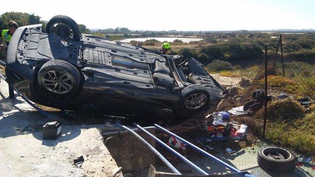 Vehículo accidentado en la carretera de La Barrosa, en el término municipal de Chiclana, en una imagen de archivo