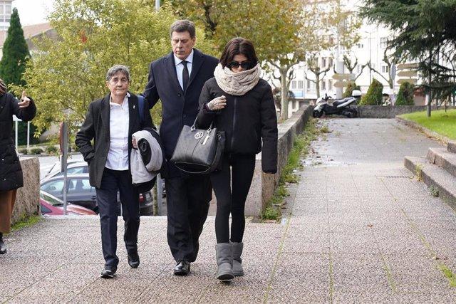 El padre y la hermana de Diana Quer, Juan Carlos (centro) y Valeria Quer (dech), a su llegada a los juzgados en la segunda jornada del juicio contra José Enrique Abuín Gey.