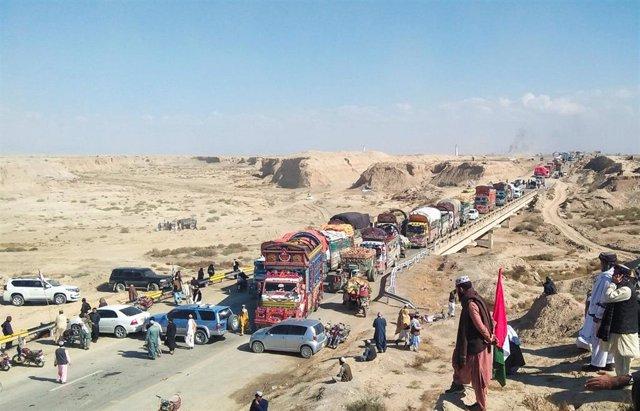 Autovía bloqueda en el oeste de Pakistán por manifestantes antigubernamentales en el marco de las protestas por la Marcha de la Libertad