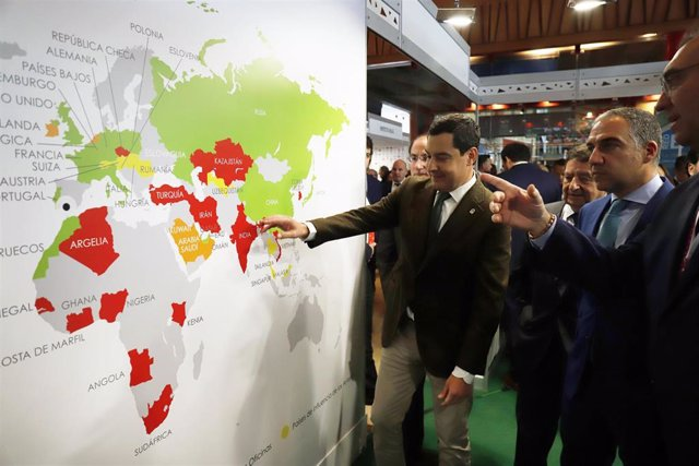 El presidente de la Junta, Juanma Moreno (c) en la inauguración y el consejero de la presidencia, administración pública e Interior, Elías Bendodo( 2i), en el  encuentro internacional IMEX-Andalucía.