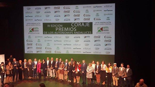 Foto de familia de los galardonados en la IV Edición de los Premios Coraje