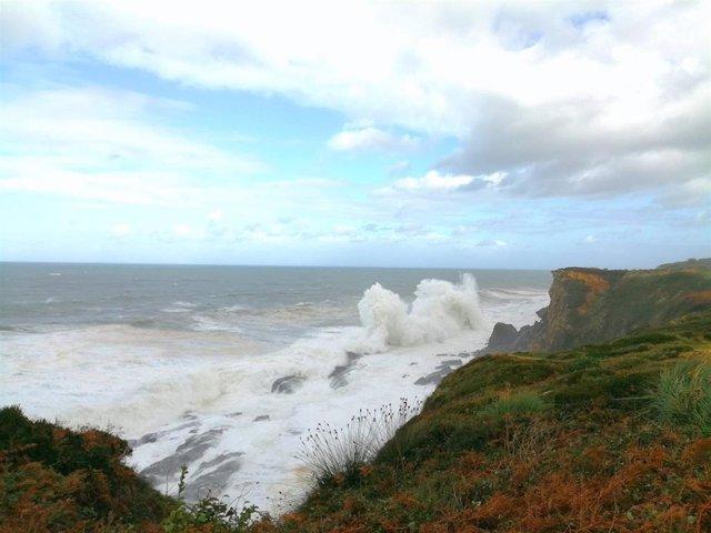 Olas en Cantabria. Alerta por fenómenos costeros adversos y fuerte viento en el litoral. Temporal en la costa cántabra. Oleaje en el Cantábrico