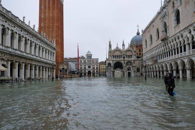 La Plaza de San Marcos, inundada durante el 'acqua alta' en Venecia.
